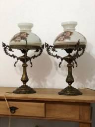 Par de abajures de bronze e porcelana pintada a mão