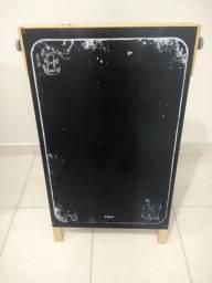 Cavalete lousa preta ornamentada + caixa de giz e apagador