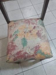 Cadeiras de madeira estofadas.