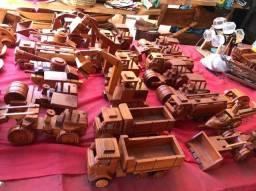 Carrinhos em Artesanado de madeira.