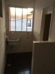 Apartamento condomínio varandinha 4 andar . 900.00 livre condomínio.  Desocupado
