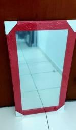 Espelho moldura em madeira. Medida: 40x70 cm.