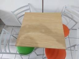 Mesa com 4 cadeiras coloridas