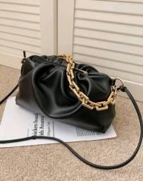 Bolsa de couro plutônio com corrente.