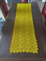 Caminho de mesa em crochê amarelo