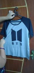 Camiseta do BTS com a logo nova.