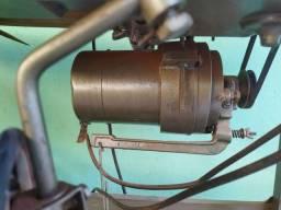 Uma máquina de costura profissional e um trompete