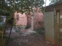 Terreno com barraco e uma casa em construção
