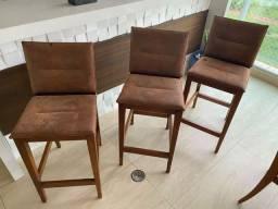 Banquetas de madeira e couro