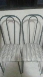 Vendo uma mesa com 4 cadeiras conservada valor 240 contato zap *