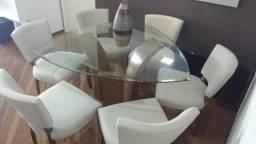 Linda mesa triangular com cadeiras estofadas em tecido bege