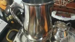 Bandeja com jarra de suco e caneca de leite