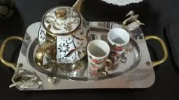 Bandeja em inox com bule e duas xícaras