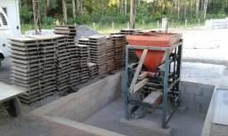 Maquina para fabricação de blocos, pisos e canaletas