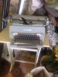 Maquena de escrever antiga e calculadora antiga