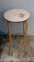 Banqueta de ferro com assento de madeira