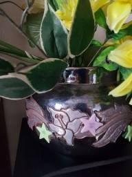 Lindo vaso de louça  vintagem em alto relevo com arranjo