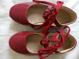 Sapatos e roupas infantis seminovos