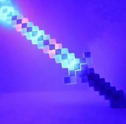 Espada com som e luz do Minecraft