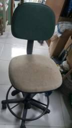 Cadeira giratória e com regulador