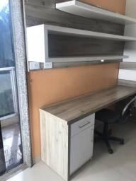 Mesa e prateleiras de estudos