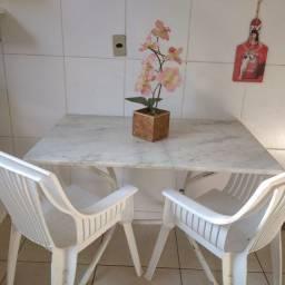 Mesa de mármore com duas cadeiras