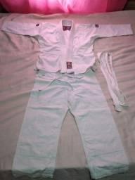 Vendo kimono de judô vendo com a faixa branca.