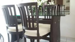 Vendo Mesa com base de madeira e 4 cadeiras