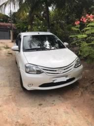 Carro Toyota Etios sedã 2015