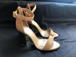 Sapato de salto nude com dourado