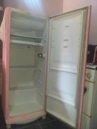 Vendo uma geladeira pra reforma..
