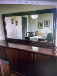 Mesa cadeiras buffet e espelho