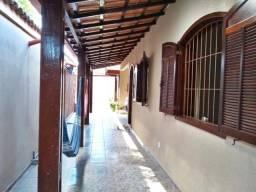 Casa de 03 quartos com 03 vagas de garagem e 02 galpões no Céu Azul.