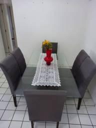 Mesa com seis cadeiras e tampo de vidro