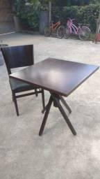 Jogo de mesas e cadeiras. (1 mesa e 4 cadeiras)