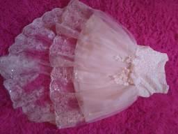 Vendo 2 vestidos de festa novos, na cor creme tam.4 e 6 anos