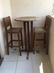 Mesa alta com cadeiras