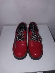 Sapato vermelho de verniz, 34, em estado de novo