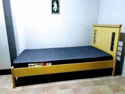 Cama, colchão, mesa para computador