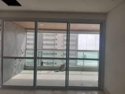 Porta de varanda com esquadria de alumínio branco e vidro