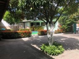 Casa de condomínio com 05 quartos, 03 banheiros, piscina...