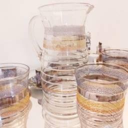 Jarra de Cristal com copos acompanhando. Antigos, com detalhes a ouro!