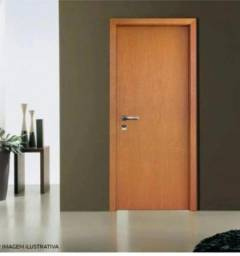 Título do anúncio: Vendo porta lisa de madeira c/ batente e fechadura