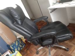 Cadeira Presidente Reclinável Pel-3022 Com Apoios Em Couro Sintético Preta - Pelegrin
