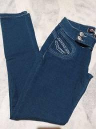 Calca de jeans com bastante strach