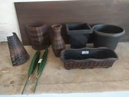 Vasos de Junco (fibra sintética), de plástico, arandelas, floreiras e folhagens.
