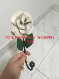 Porta toalha artesanal gancho de ferro, comprado em Tiradetes - MG