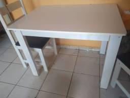 Linda mesa com quatro cadeiras