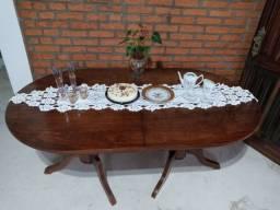 Mesa de madeira estilo colonial
