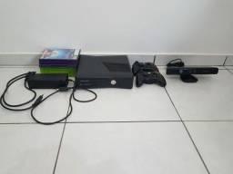 Xbox 360 com Kinect, 16 jogos e 2 controles.
